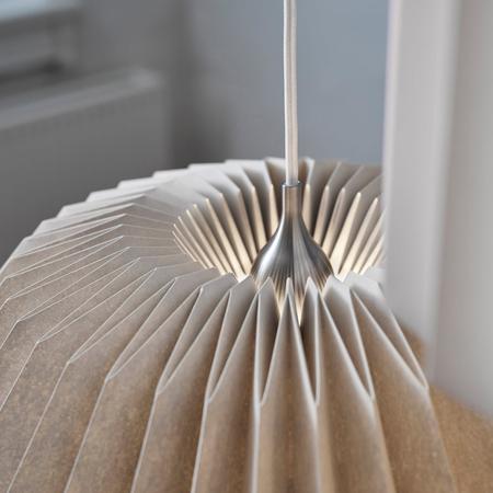 Le klint pleats 116 megatwo pendelleuchte m silk white angeschaltet detail