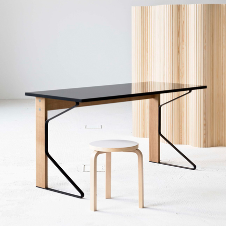Schreibtisch Kaari von Artek