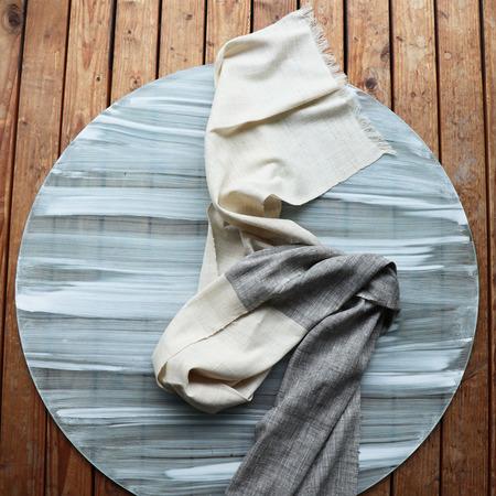 Handgewobener Bicolor-Schal von Velvet Novel