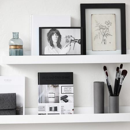 bilderleiste in weiss. Black Bedroom Furniture Sets. Home Design Ideas