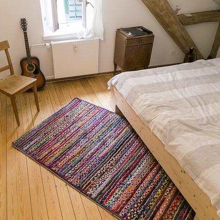 grosser bunt gewobener teppich in rot. Black Bedroom Furniture Sets. Home Design Ideas
