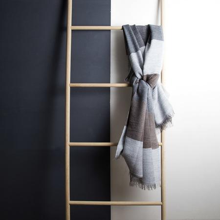 karierter schal in grau und beige. Black Bedroom Furniture Sets. Home Design Ideas