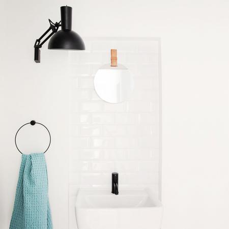 runder spiegel 39 enter 39 mit ledergurt. Black Bedroom Furniture Sets. Home Design Ideas