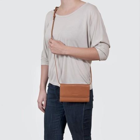 4 smartphone bag caramel wearing