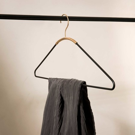 Menu ava kleiderbuegel schwarz messing ambiente