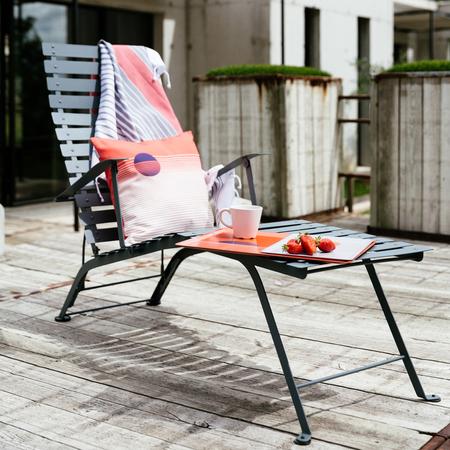 Fermob liegestuhl bistro antrazit balkon sommer ambiente