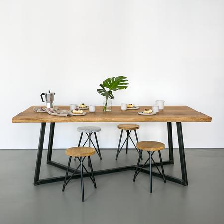 Urbaner holztisch aus eiche for Holztisch eiche