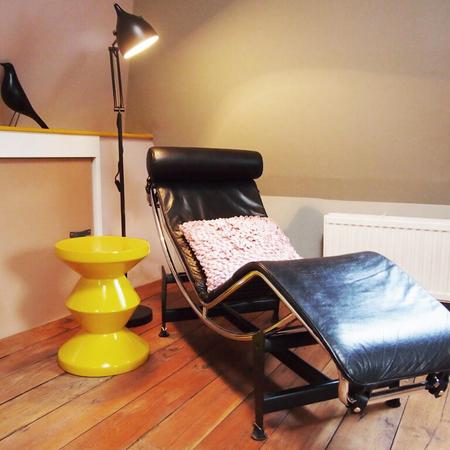Binnenkijken laren okergoud chaise longue corbusier vitra bird zigzag kruk pols potten