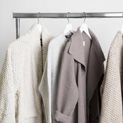 Grosser Kleiderständer auf Rollen