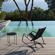 Houe schaukelstuhl clips gestell aluminium lamellen kunststoff einfarbig schwarz armlehnen bambus beistelltisch edge