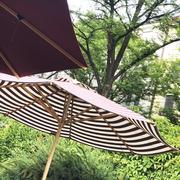 Gestreifter Sonnenschirm