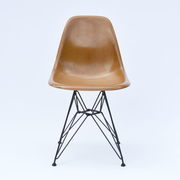 'Eames Fiberglass Side Chair' mit Draht