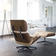 'Eames Lounge Chair' in Nussbaum
