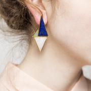 Grafische Ohrringe mit Halbedelsteinen