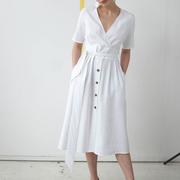Weisses Lieblingskleid mit Knöpfen
