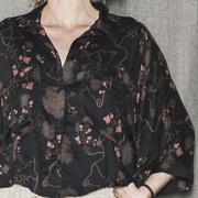 Kurze Oversize-Bluse mit zartem Print