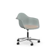 'Eames Plastic Armchair PACC' mit Sitzpolster