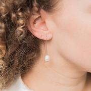 Stäbchen-Ohrringe mit ovaler Süsswasserperle