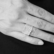 Kunstvoller Ring 'Round Cutout'