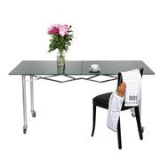 Der faltbare 'Scheren-Tisch'