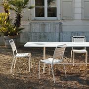Monochromer Gartentisch von 'Atelier Alinea'