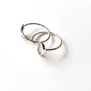Zarter Ring mit Kaurimuschel