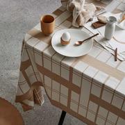 Grafische Tischdecke in Zweifarbigkeit