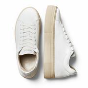Puristische Sneakers mit prägnanter Sohle