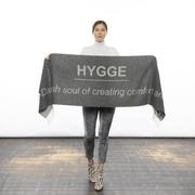 Grauer 'Hygge'-Schal aus weichem Wollmix