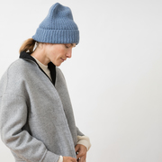 Handstrick-Beanie von 'Jungle Folk' in Blau