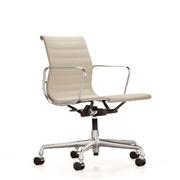 'Eames Aluminium Chair 118' in Stoff