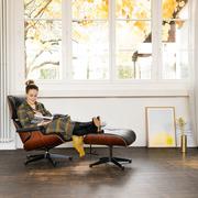 Pflanzlich gegerbtes Leder: 'Eames Lounge Chair' mit Ottoman