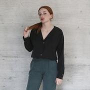 Kragenlose Bluse in Schwarz