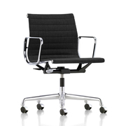 'Eames Aluminium Chair 118' in Leder
