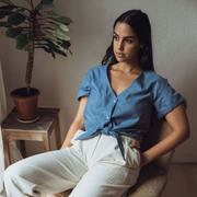 Fair-Fashion-Bluse mit Knotendetail in Satinblau