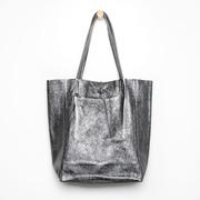 Tote-Bag aus Metallicleder in Dunkelgrau