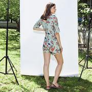 Kurzer Jumpsuit in mit floralem Print