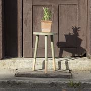 Jadegrüner Hocker mit Holzbeinen