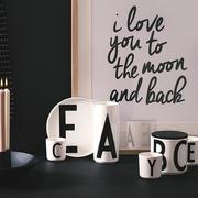 tasse 39 typo 39 aus porzellan. Black Bedroom Furniture Sets. Home Design Ideas