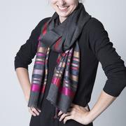 Schal aus Wolle und Seide grau
