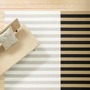 Unkomplizierter Teppich mit breiten Streifen