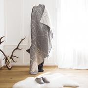 grafisch-kuschelig: Wolldecke 'Lining Up'