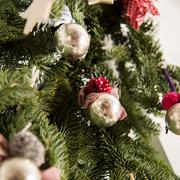 Kugelrunder Weihnachtsschmuck silber
