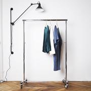 Kleiner Kleiderständer auf Rollen