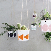 'Hanging Pot' mit Punkten in Türkis