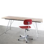 Tisch von 'Atelier Linea' mit Nussbaumfurnier