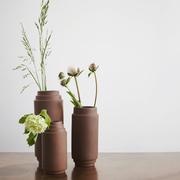 Skagerak edge vase drei groessen holztisch mit blumen ambiente