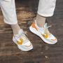 Warm gefütterter Sneaker mit Orangetönen